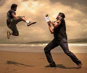Dos personas peleando en la playa por un décimo de lotería