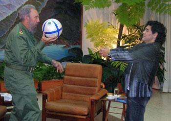 Fidel Castro y Maradona, jugando a baloncesto con un balón de fútbol